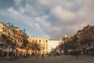 Sassari: Piazza Tola è uno dei gioielli della città. Recuperata dopo anni di degrado, nelle belle giornate si affolla non solo degli avventori dei locali che in questa piazza si affacciano ma si popola anche dei bambini del centro storico che trasformano la piazza in un piccolo campetto di quartiere.