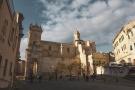 Sassari: Piazza Duomo. Come nella precedente foto la piazza diventa il campetto di quartiere dei bambini che vivono nel centro storico.