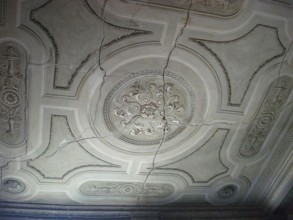 soffitto dell'ingresso al  piano terra prima dell'intervento