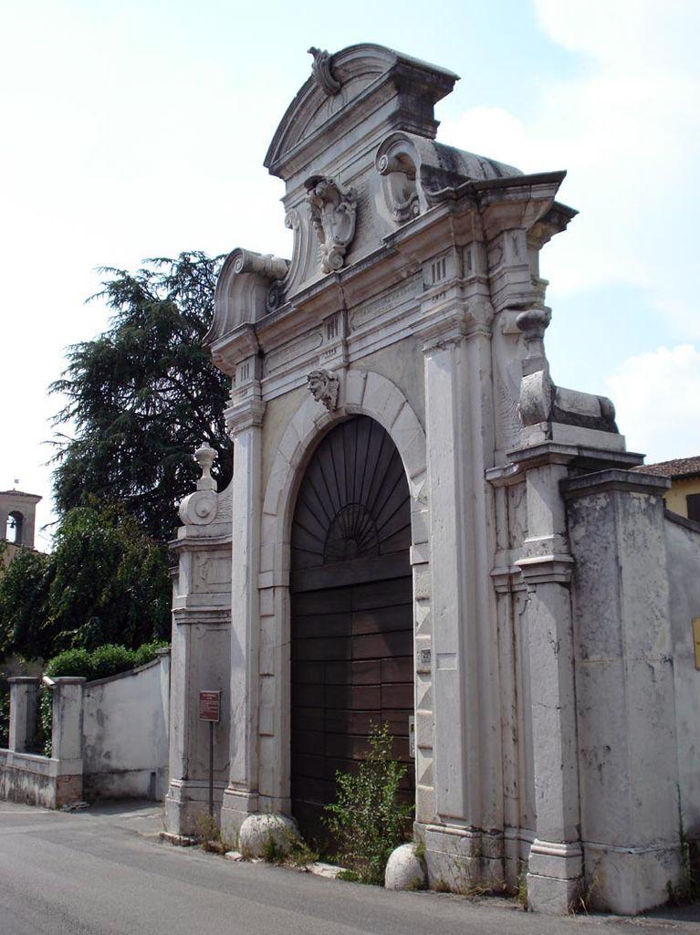 Pulitura e consolidamento portale barocco